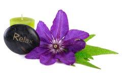 放松与温泉石头和蜡烛的健康热带花 免版税库存照片