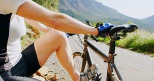 放松与自行车的资深骑自行车者在乡下4k 影视素材