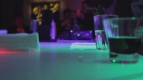 放松与酒精的人们喝,活跃大气在夜总会酒吧柜台 股票录像