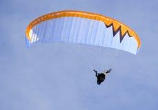 放松人的滑翔伞 免版税库存图片
