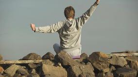 放松和享受岩石小山的看法人,舒展身体,刺激 股票录像