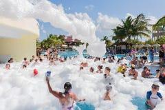 放松和享受他们的在游泳池泡沫党的愉快的微笑的快乐的人民美好,出色的意见时间 免版税库存照片