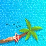 放松和享用在椰子树的妇女在海 免版税库存照片