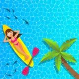 放松和享用在cannu小船的妇女在海 库存图片