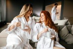 放松和喝茶的妇女 免版税库存图片