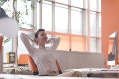 放松和得到insiration的愉快的年轻女商人 免版税库存照片