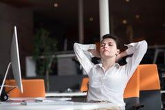 放松和得到insiration的愉快的年轻女商人 免版税库存图片