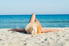 放松和晒日光浴在太阳 库存图片