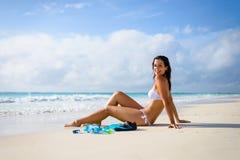 放松和晒日光浴热带海滩假期的妇女 免版税库存图片