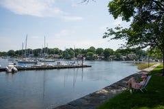 放松和读的一个平安的地方在Mamaroneck港口海岛公园 免版税库存照片