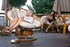 放松咖啡馆的女孩 免版税图库摄影
