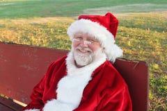 放松圣诞老人的长凳 库存图片