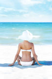 放松在一个夏天的年轻人、适合和美丽的女孩靠岸 免版税库存照片