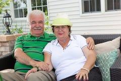 放松在一个室外露台的爱恋的年长夫妇 库存图片