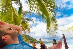 放松在一个热带海滩的人 免版税图库摄影