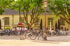 放松在一个酒吧前面的一个晴朗的下午的人们在阿姆斯特 免版税库存图片