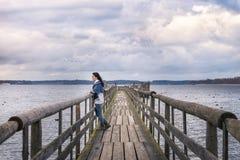 放松在一座桥梁的妇女本质上 库存图片