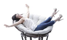 放松在一把圆的舒适软的椅子的现代少妇 库存图片