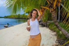 放松在与花的海滩的照片女孩 微笑的妇女消费冷颤时间室外巴厘岛 夏季 库存图片