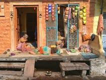 放松在乔德普尔城,印度的妇女 库存照片