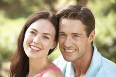 放松在乡下的年轻夫妇画象  库存图片
