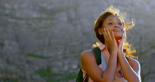 放松在乡下4k的女性远足者 影视素材