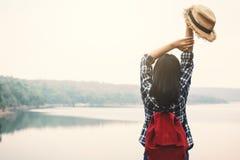 放松在假日旅行概念的愉快的亚裔妇女 免版税库存图片