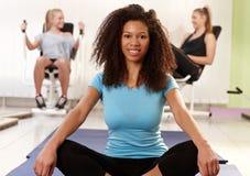 放松在健身房的种族女孩 免版税库存图片