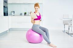 放松在健身锻炼以后的美丽的妇女 库存图片