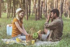 放松在充满喜悦的森林里的被迷恋的人民 免版税库存图片