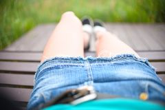 放松在公园夏天裙子牛仔裤 库存照片