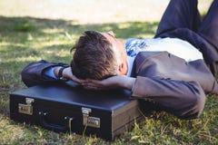 放松在公园的商人 图库摄影