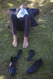 放松在公园的商人 免版税图库摄影