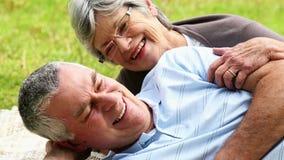 放松在公园的富感情的资深夫妇说谎在毯子 股票视频