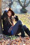 放松在公园的快乐和微笑的女孩 免版税库存照片