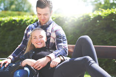 放松在公园的爱恋的夫妇 免版税图库摄影