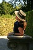 放松在公园的端庄的妇女 免版税库存图片