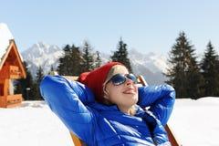 放松在冬天山 库存照片