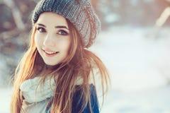 放松在冬天步行在多雪的森林里,坦率的捕获的美丽的少妇 免版税库存照片