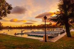 放松在划艇的人们在Buen Retiro Pa风景池塘  免版税库存图片