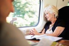 放松在列车行程上的女实业家 免版税图库摄影