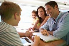 放松在列车行程上的家庭 免版税库存照片