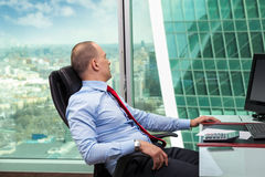 放松在办公室的商人 免版税库存图片