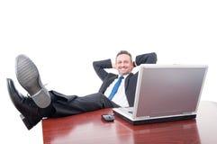 放松在办公室的微笑的经理 库存照片