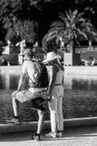放松在卢森堡庭院里的游人 法国巴黎 免版税图库摄影