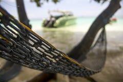 放松在吊床在海滩旁边 库存照片