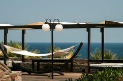 放松在吊床有在海的看法 免版税库存图片
