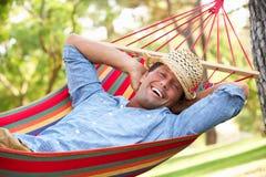 放松在吊床的人 免版税库存照片
