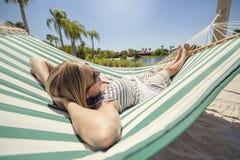 放松在吊床的妇女,当在度假时 库存照片
