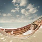 放松在吊床的孩子 免版税库存图片
